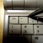 So löst man die Tastatur: eine der drei Haltefedern wird zurückgebogen