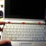 Die Tastatur wird von drei Federn gehalten