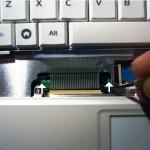 Den Steckverbinder für die Tastatur auf beiden Seiten öffnen