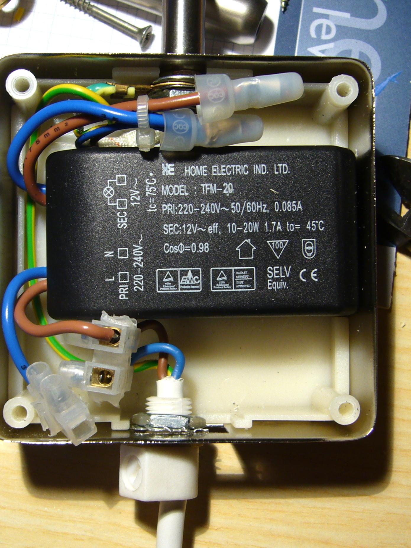 Der Lampentrafo im Innern der Halogen-Lampe - der Netzschalter ist schon ausgebaut und durch Tinas Kabeldurchführung ersetzt